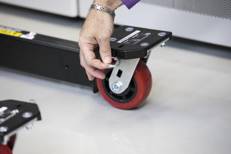 تدور العجلات الأمامية والخلفية الكبيرة بسهولة فوق أي عائق ولن تميز أرضية مركز البيانات. يمكن قفل العجلات الأمامية لسهولة النقل أسفل الممرات والممرات المستقيمة.