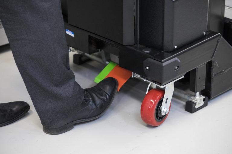 Das firmeneigene ServerLIFT-Bremssystem verhindert jegliche Bewegung beim Transport von Geräten auf oder von der Plattform und hält die gesamte Maschine stabil und stabil.