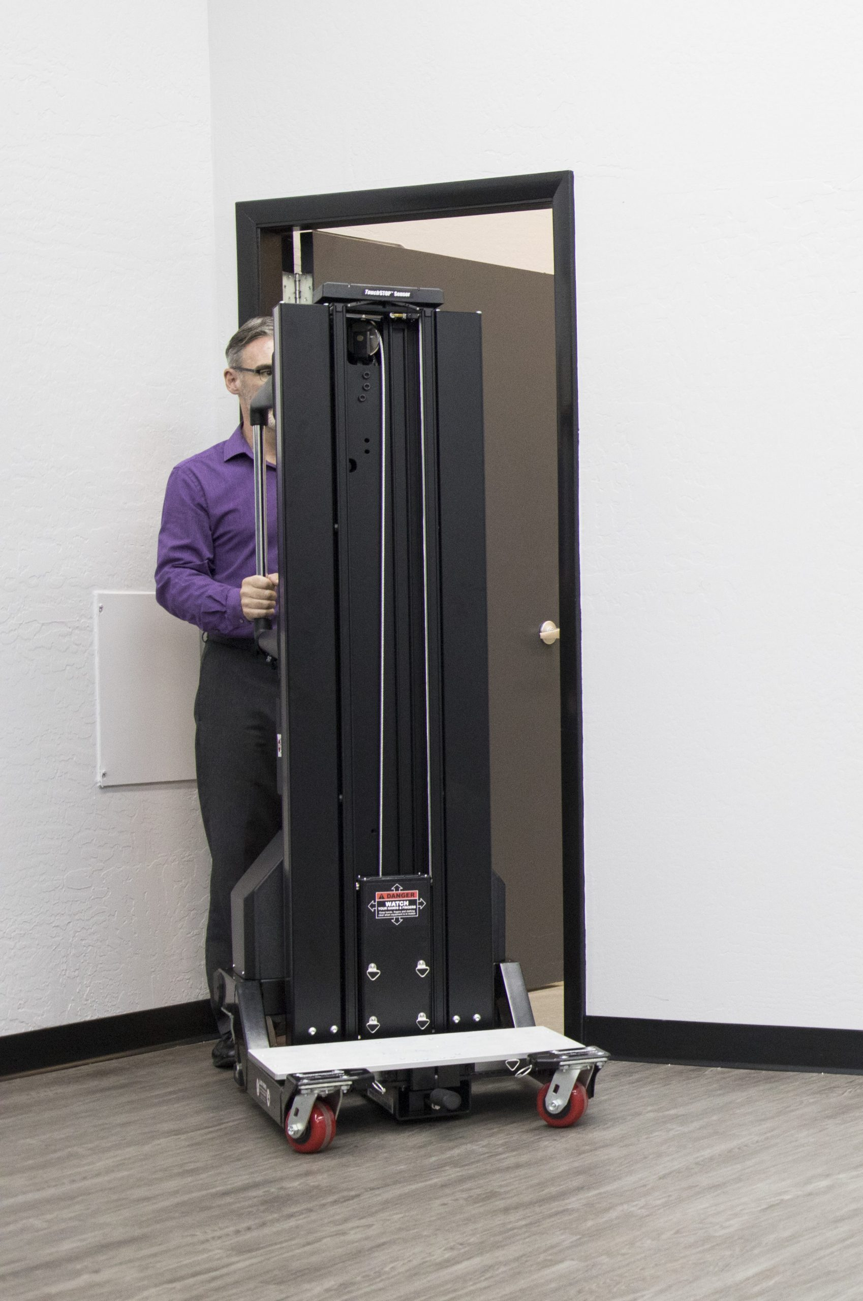 Die schlanke Basis des Lifts (61 cm) und die übergroßen Räder navigieren reibungslos durch Gänge, Ecken und Rampen und bieten dem Bediener ausreichend Platz - selbst in den engsten Gängen des Rechenzentrums. Das einzigartige Mastdesign von ServerLIFT hält die eingefahrene Hubhöhe niedrig genug, um durch Türen und Aufzüge in Standardgröße zu passen.